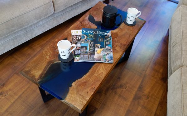 Burr elm and blue resin coffee table dressed with magazines and coffee cups